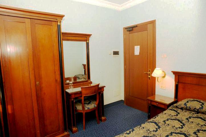 http://www.hotel-silva.com/wp-content/uploads/2013/10/Hotel-Silva-camera-singola-3.jpg