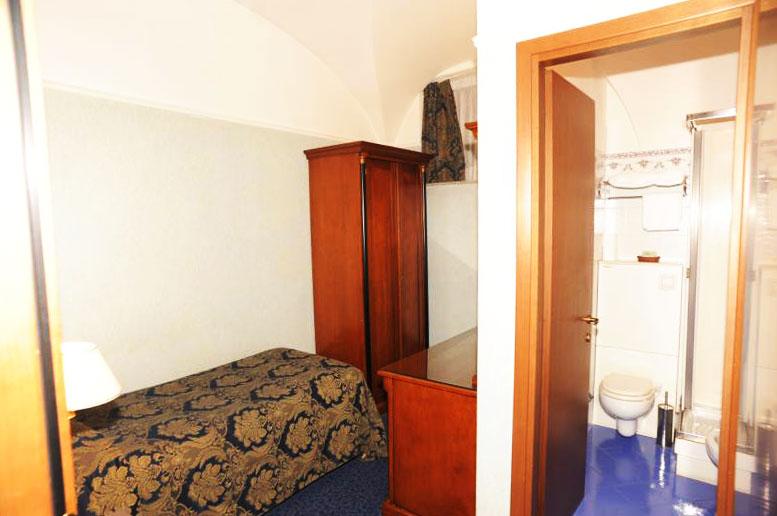 http://www.hotel-silva.com/wp-content/uploads/2013/10/Hotel-Silva-camera-singola.jpg